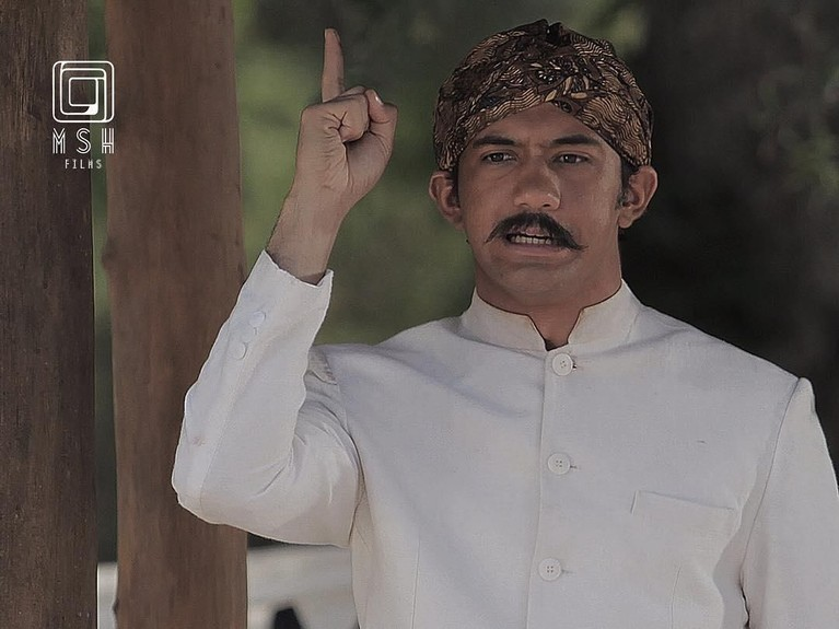 Berperan dalam film Guru Bangsa Tjokroaminoto, Reza tampil berbeda dengan blangkon dan kumisnya.