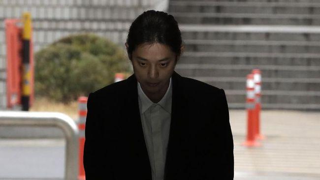 Pesohor Jung Joon Young dilaporkan oleh setidaknya tujuh wanita berbeda yang merasa dirugikan oleh aksi merekam dan penyebaran video seks.