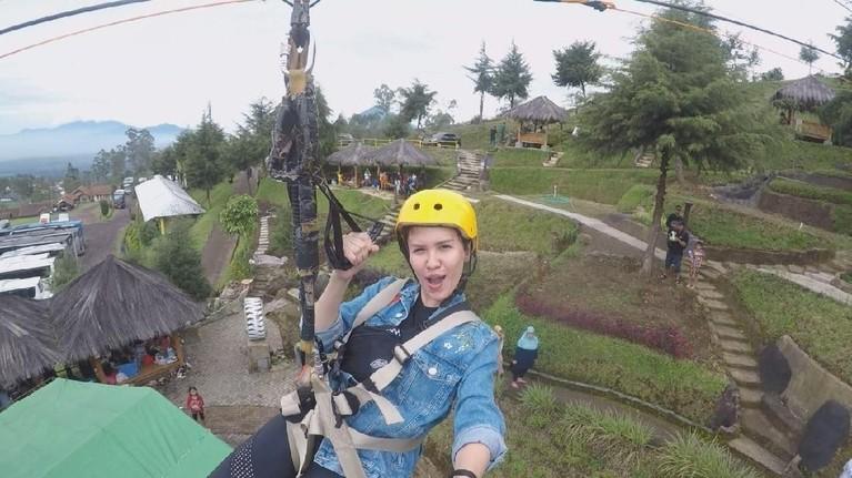 Perjalanan Michelle Joan dan Aliff Alli dimulai dari Darajat Pass Garut. Joan menantang adrenalin dengan menaiki flying fox kendati awalnya dilanda takut.