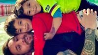 <p><em>Quality time</em> di rumah pun bisa dilakukan Messi dan kedua putranya dengan bermain bersama, juga penuh canda. (Foto: Instagram @leomessi)</p>