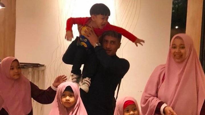 <p>Dek Djalu kok <em>nangis</em> ya? Bikin foto keluarga jadi enggak kompak, sampai Ayah Irfan bilang ini merupakan bukti susahnya dapat foto keluarga yang <em>perfect</em>. <em>He-he-he</em>. (Foto: Instagram @irfanhakim75)</p>