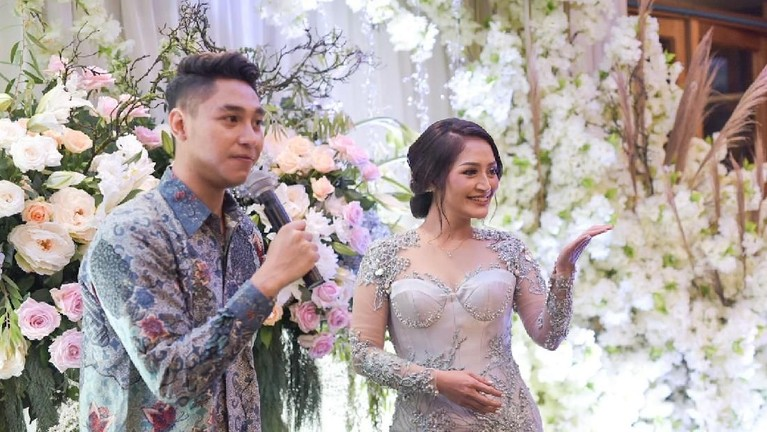 Siti Badriah bersama Krisjiana Baharudin menyapa tamu yang hadir di acara lamaran mereka.