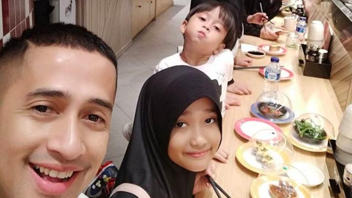 <p>Makan bareng sama Bunda Della dan anak - anak. Serombongan jadi ramai ya, Bun. Seru melihat kebersamaan mereka. (Foto: Instagram @irfanhakim75)</p>