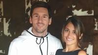 """<p><a href=""""https://sport.detik.com/video/190320029/girangnya-argentina-menyambut-kembalinya-messi"""" target=""""_blank"""">Lionel Messi</a>menikahi Antonella Roccuzzo pada 30 Juni 2019 di kampung halaman mereka, Rosario, Argentina. Mereka sudah kenal sejak kecil, Bun. Ya, Roccuzzo adalah sepupu salah satu teman dekat Messi. (Foto: Instagram @leomessi)</p>"""