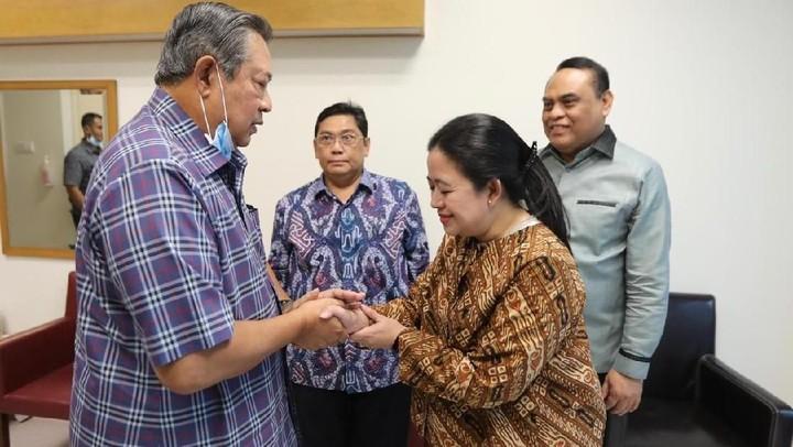 Sesama seorang istri dan juga ibu, Puan Maharani memberi semangat kepada Ani Yudhoyono dan SBY. Intip momennya di sini, Bun.