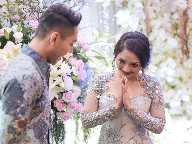 Siti Badriah terlihat sangat senang ketika kekasihnya, Krisjiana Baharudin akan melamarnya.