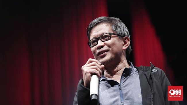 Rocky Gerung mendadak mengenakan jaket partai Demokrat di acara kampanye perdana. Dia mengaku rutin berdiskusi dengan SBY mendiskusikan persoalan negara.