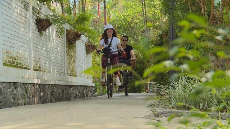 Satu lagi tempat yang jadi destinasi keduanya adalah Kampung Sumber Alam Garut. Di resort ini, Joan dan Alli bisa mengayuh sepeda dengan menikmati kesejukan udara sekitar.
