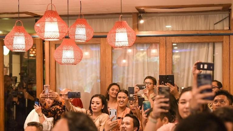 Acara lamaran Siti Badriah dengan Krisjiana Baharudin terlihat ramai dikunjungi tamu undangan dan keluarga.