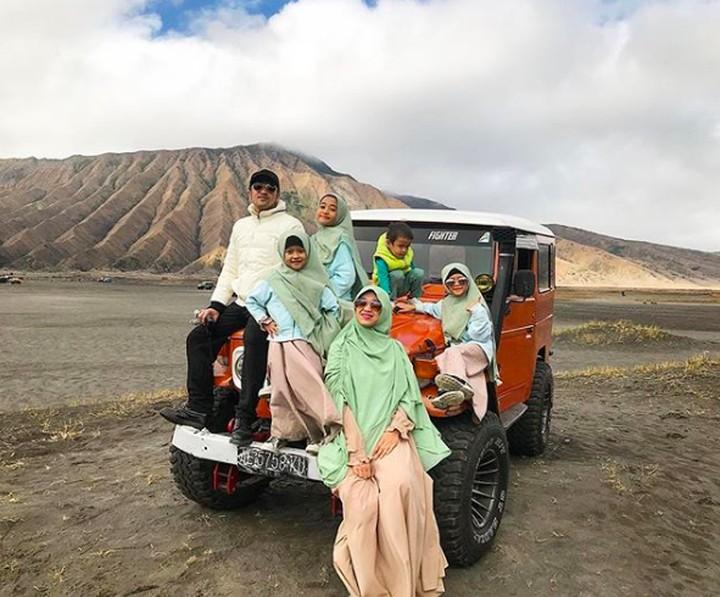 Di tengah kesibukan kerja, Irfan Hakim selalu menyempatkan waktu berkumpul bersama istri dan keempat anaknya. Irfan selalu punya cara membuat keluarganya happy.