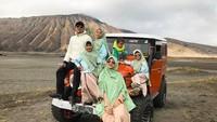 <p>Enggak cuma berkuda, keluarga yang dipanggil De'hakim ini naik Jeep saat berlibur ke Bromo. (Foto: Instagram @irfanhakim75)</p>