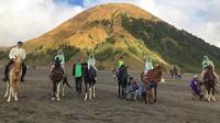 <p>Irfan mengajak keempat anak-anaknya berkuda di Gunung Bromo, Jawa Timur. Bunda Dellajauh banget jaraknya sampai hampir enggak kelihatan. (Foto: Instagram @irfanhakim75)</p>