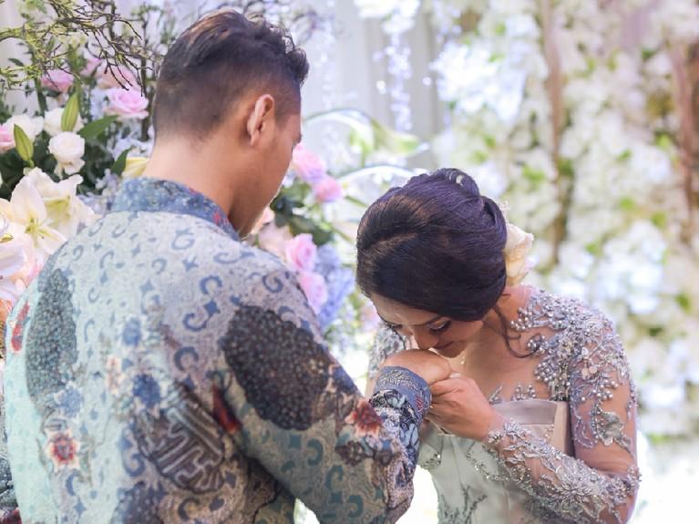Siti Badriah kemudian mencium tangan calon suaminya, Krisjiana Baharudin.