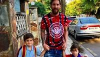 <p>Di tengah kesibukan sebagai pesepakbola profesional, pria 31 tahun ini masih sempat lho mengantarkan si sulung pergi ke sekolah. (Foto: Instagram @leomessi)</p>