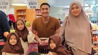 <p>Waktu berbelanja bulanan terasa menyenangkan ketika Ayah Irfan bisa menemani Bunda dan anak-anak. Tapi, muka Dek Djalu kok ketutupan sih. <em>He-he-he</em>. (Foto: Instagram @irfanhakim75)</p>