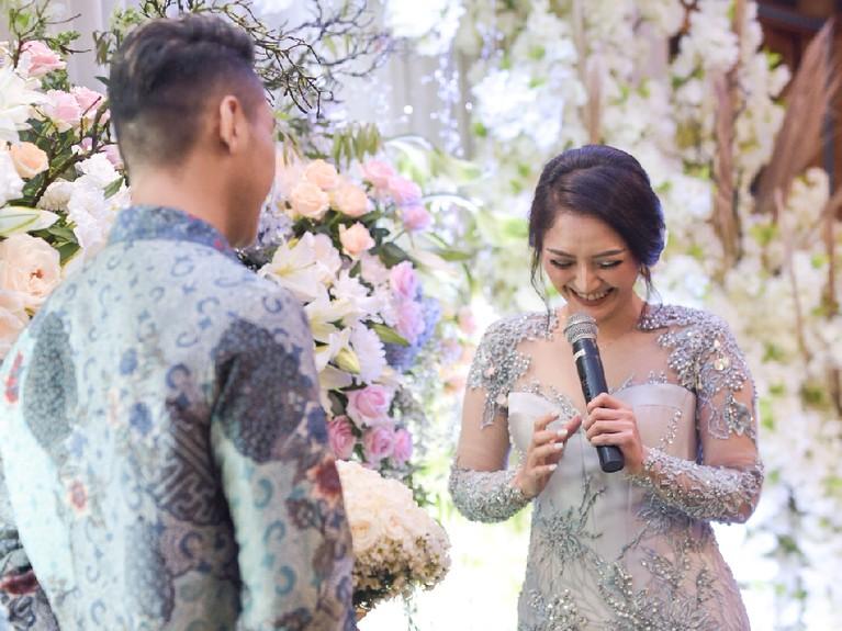 Siti Badriah tersipu malu saat Krisjiana Baharudin akan memberikannya bunga.