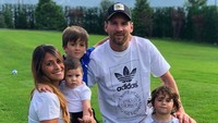 <p>Messi dan Roccuzzo punya tiga anak laki-laki, Thiago (6), Mateo (3), dan si kecil Ciro yang baru berusia satu tahun. (Foto: Instagram @leomessi)</p>