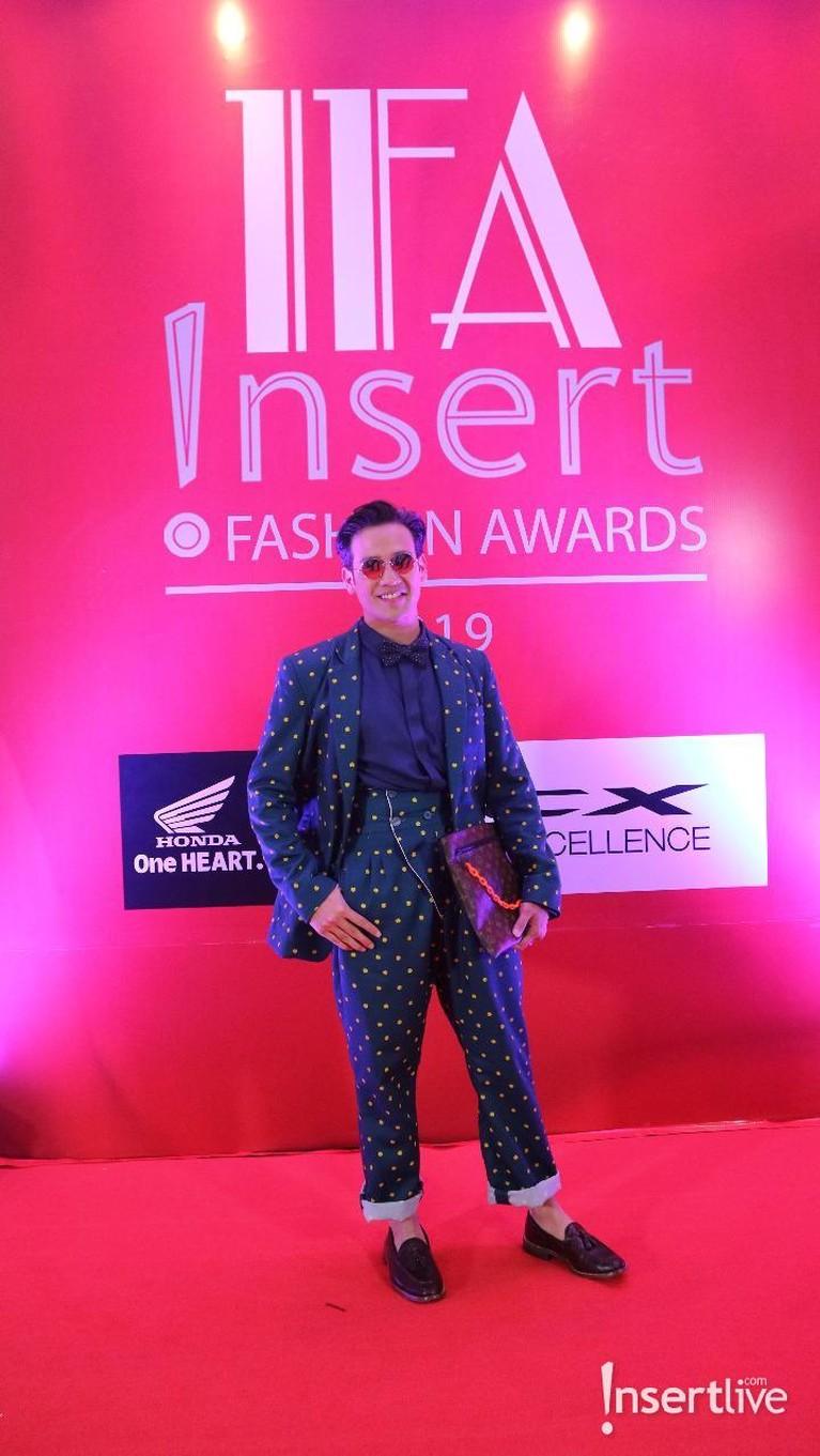 Tarra Budiman tampil keren dengan blazer dan pants yang seragam dengan motif polkadot. Ia juga semakin hits dengan kacamata hitam yang dikenakannya.