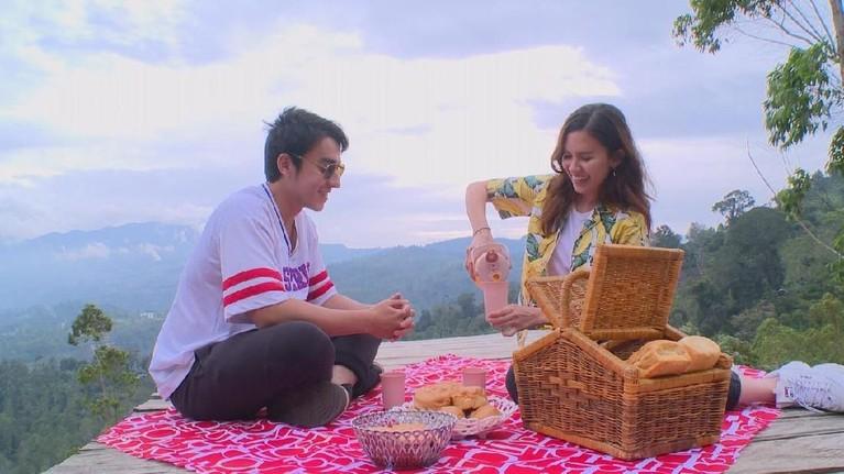 Tak cuma itu, Joan dan Alli juga sempat melakukan piknik seru di Eco Park Kamojang sambil menikmati keindahan alam Garut.
