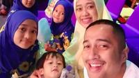 <p>Mengajak foto anak merupakan tantangan tersendiri untuk orang tua, termasuk Irfan dan istrinya, Della Sabrina. Ketiga kakaknya sudah kompak, eh adik Djalu malah enggak fokus nih, Bun. (Foto: Instagram @irfanhakim75)</p>