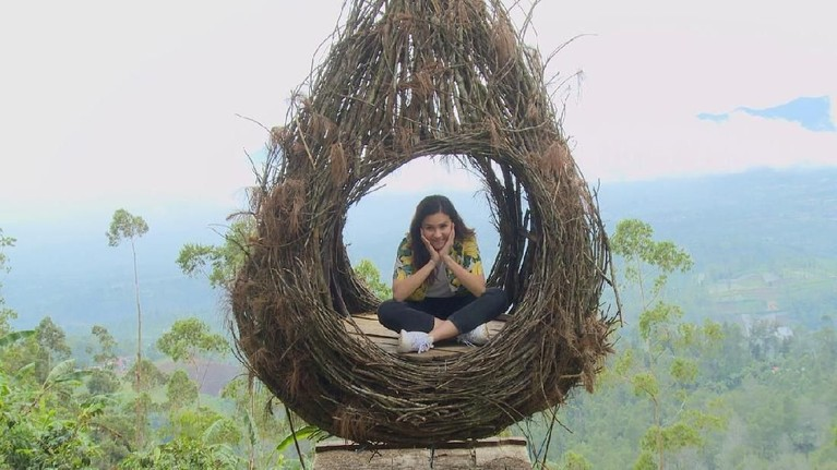 Selanjutnya, Michelle Joan dan Aliff Alli menelusuri salah satu tempat wisata yang ada di Garut. Beberapa spot menarik dimanfaatkan mereka untuk mengabadikan foto, sepert dalam sangkar ini!