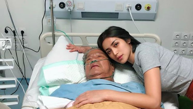 Jessica Iskandar sedih dan kecewa dengan proses pengobatan yang didapat sang ayah di salah satu RS di Jakarta.