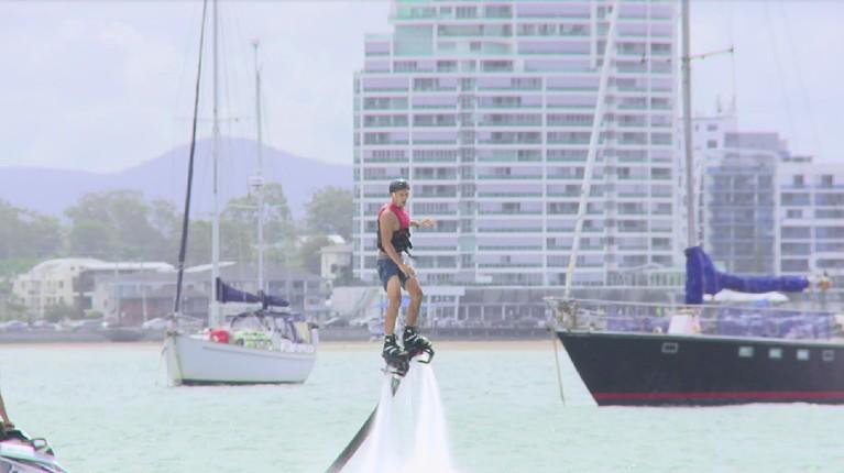 Bak karakter Iron Man di film Avengers, Inka dan Bima merasakan sensasi 'melayang' di danau karena tekanan air.