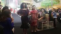 <p>Fashion Show yang juga disertai acara charity dengan MC Sonia Wibisono ini digelar di La Moda, Plaza Indonesia. Saat tampil di catwalk, para model berjalan ditemani donatur yang ikut penggalangan dana.</p>