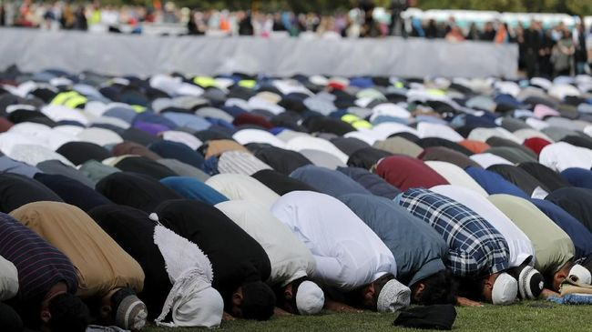 Muslims pray during Friday prayers at Hagley Park in Christchurch, New Zealand, Friday, March 22, 2019. People across New Zealand are observing the Muslim call to prayer as the nation reflects on the moment one week ago when 50 people were slaughtered at two mosques. (AP Photo/Vincent Thian)