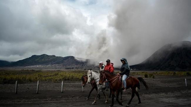 Di tengah-tengah aktivitas vulkanis Gunung Bromo yang terjadi sepekan terakhir, warga sekitar termasuk industri pariwisata tetap beraktivitas seperti biasa.