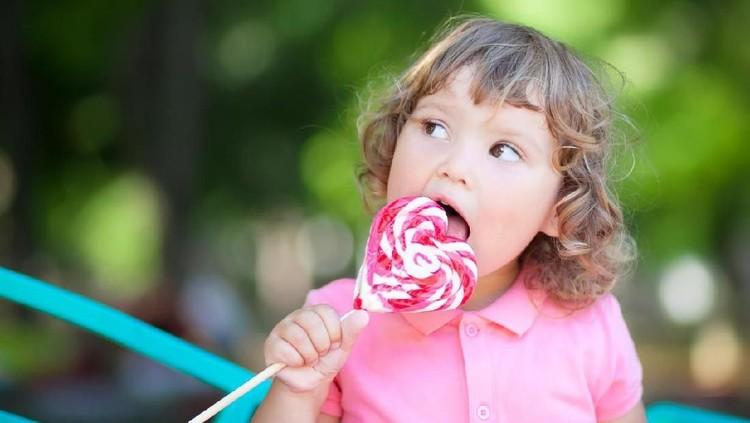 Anak-anak suka makanan yang manis-manis, tapi terlalu banyak konsumsi gula mempengaruhi otaknya.