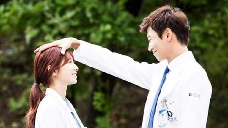 Dapat rating hingga 20,61% berdasarkan data AGB Nielsen, Park Shin Hye tampil epik lewat drama The Doctors. Ia juga mendapat tiga penghargaan dari drama yang dibintangi Kim Rae Won ini.