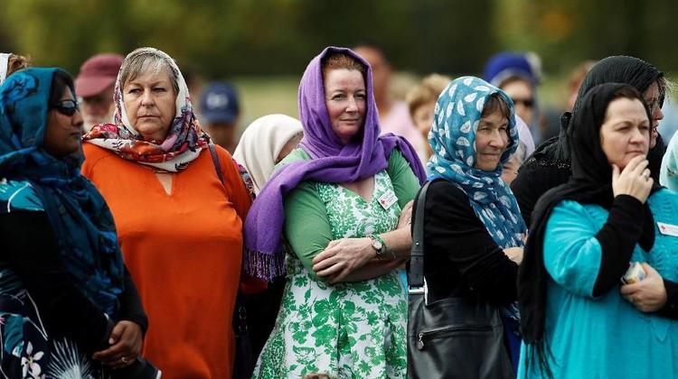 Para wanita yang juga seorang bunda, istri, pelajar kompak berkerudung. Terharu deh lihat aksi solidaritas mereka, Bun.
