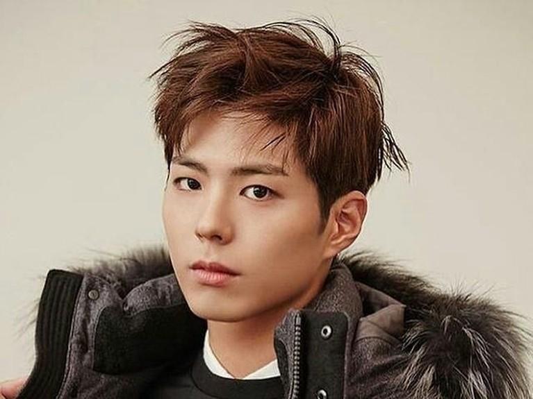 Gaya rambut yang tampak stylish ini membuat Park Bo Gum semakin tampak macho.