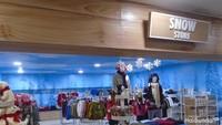 <p>Di area Snow World, banyak aksesoris wajib untuk bermain salju dijual. Kalau lupa membawanya, bisa dibeli di sini ya.</p>