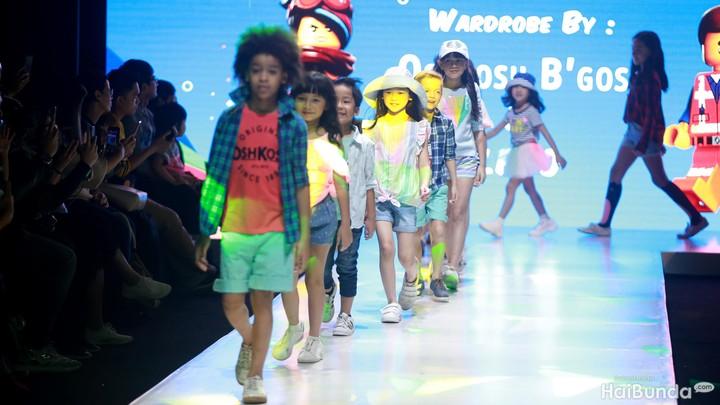 Meski masih kecil, anak-anak sudah mampu unjuk kemampuan berlenggok di catwalk mengenakan busana trendi. Bikin gemas!