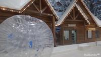 <p>Di ski rental, pengunjung bisa meminjam peralatan ski yang tersedia lengkap. </p>