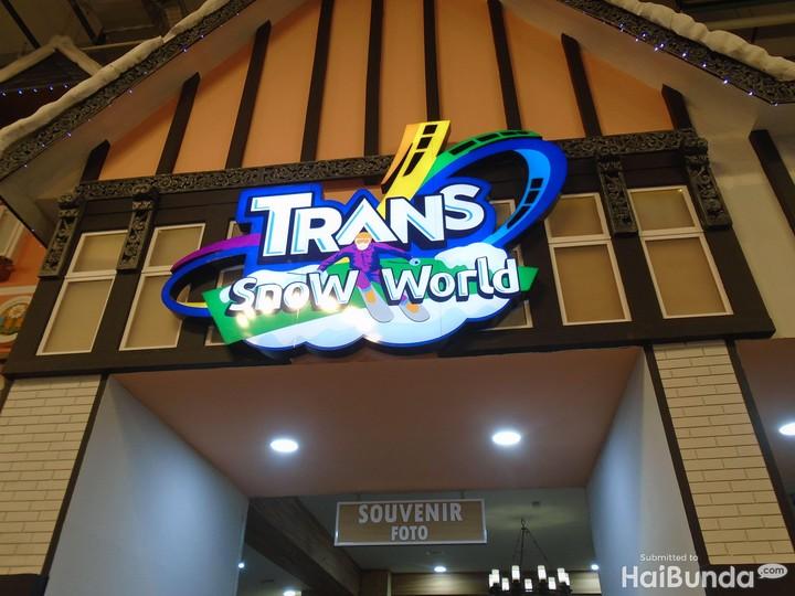 Ada wisata salju di Trans Snow World Bekasi, Bun. Si kecil akan merasakan pengalaman langsung bermain salju di sini. Asyik dan seru!