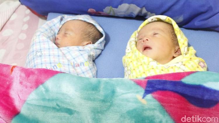 Unik deh, Bun. Bayi kembar identik di Bandung ini diberi nama Muhammad Prabowo dan Muhammad Sandiaga.