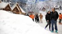 <p>Perlu Bunda ketahui, selain wahana chairlift, ada wahana lain yang bisa Bunda dan keluarga nikmati. Yakni, snow boarding, main ski, dan bermain bola besar bernama zord ball. Foto: (Rachman Haryanto/detikcom)</p>