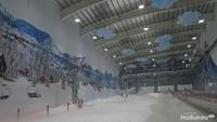 <p>Setelahmasuk ke Snow World, wahana pertama yang bisa si kecil coba adalah bermain ski.</p>