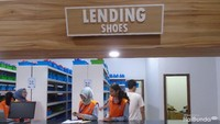 <p>Sebelum masuk arena bersalju, pinjam sepatu khusus dulu ya di Lending Counter, biar lebih nyaman main saljunya. Bunda enggak perlu khawatir, sepatu dan barang pribadi milik kita aman dititipkan di Deposit Counter. </p>