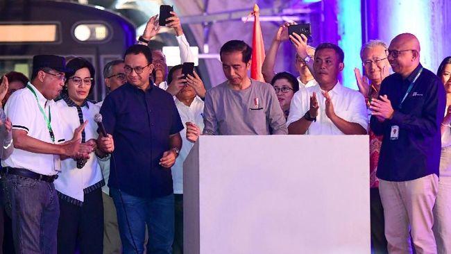 Jokowi meresmikan operasi komersial MRT fase pertama sekaligus meletakkan batu pertama pembangunan MRT fase kedua, Minggu (24/3).