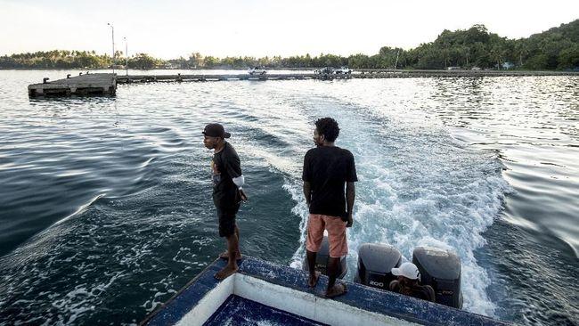 Pulau Roon berada di utara Semenanjung Wandamen Kabupaten Teluk Wondama dan termasuk dalam wilayah Distrik Wasior Utara.