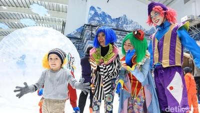 Isi Liburan Sekolah, Ajak Anak Berseluncur di Trans Snow World