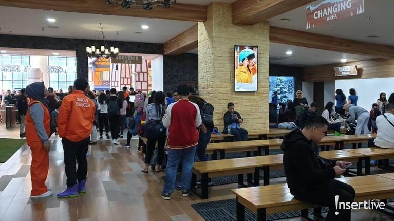 Selain arena bermain salju, Trans Snow World Juanda juga menyediakan foodcourt buat pengunjung yang ingin makan.