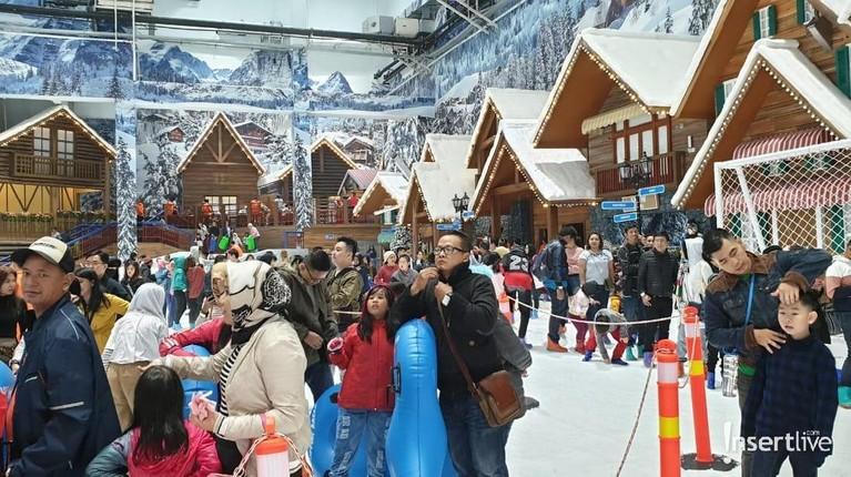 Pengunjung bisa mengajak keluarga untuk bermain salju di Trans Snow World Juanda.