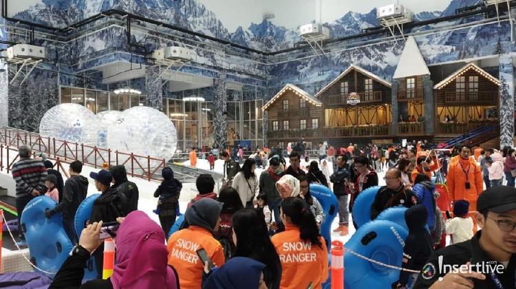 Trans Snow World Juanda jadi destinasi wisata salju pertama di Indonesia. Yuk, Bunda bisa ajak anak-anak bermain salju sepuasnya lho.