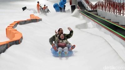 Sensasi Berseluncur dengan Snow Tube di Trans Snow World Bekasi