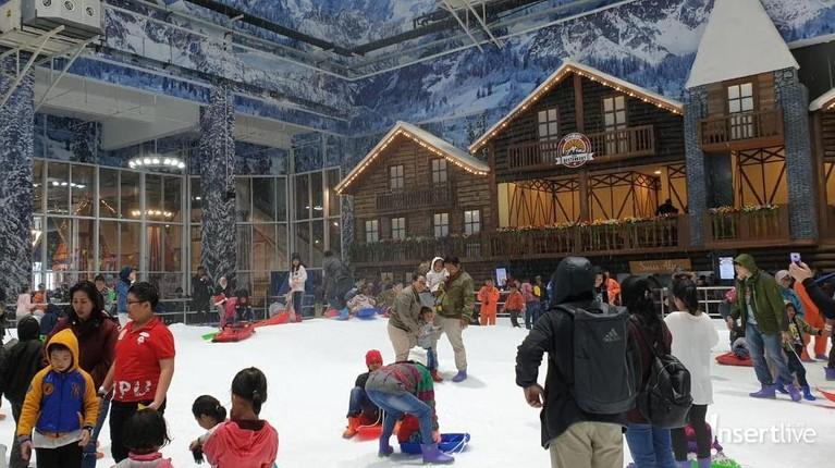Arena Trans Snow World Juanda menghadirkan arena bermain salju layaknya di luar negeri.